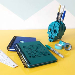 quindeblue-organizar-espacio-trabajo-calavera-lapicera